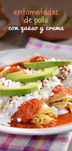 Receta súper económica y deliciosa de entomatadas de pollo, queso y crema. Una receta mexicana para la hora del almuerzo, comida o la cena.