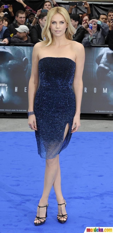 Charlize Theron tampak mempesona dengan gaun yang dipakainya saat menghadiri pemutaran perdana film 'Prometheus' di London.