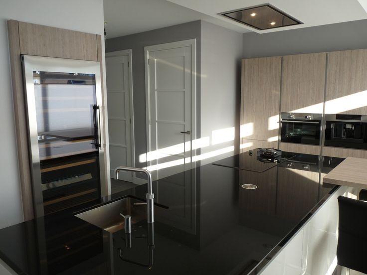 Moderne/warme keuken met wijnklimaatkast Meer keukeninspiratie opdoen ga naar www.keukenstudiostoof.nl