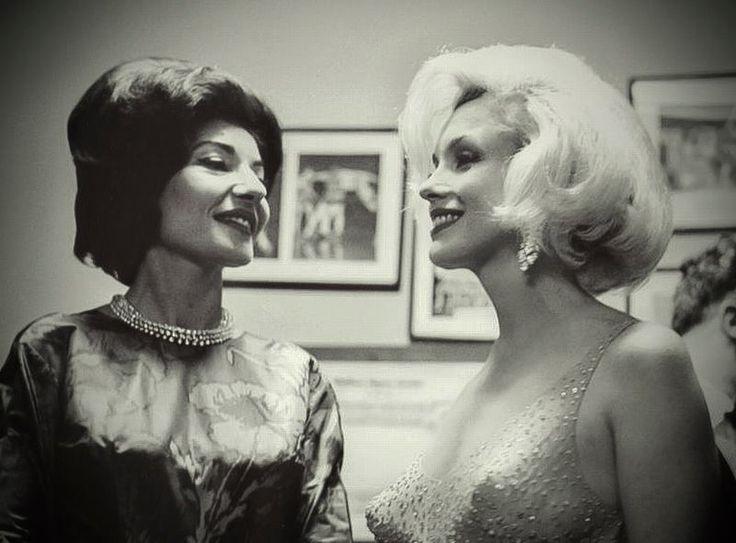 María Callas y Marilyn Monreo coincidieron el 10 mayo de 1962 en el Madison Square Garden de Nueva York para celebrar el cuadragésimo cumpleaños del presidente John F. Kennedy. Marilyn cantó la que sería la versión de cumpleaños más célebre de la historia contemporánea. Las dos mujeres tenían mucho en común. Sus familias habían sufrido las consecuencias del crack del 29, tuvieron graves problemas con la salud mental de sus madres.