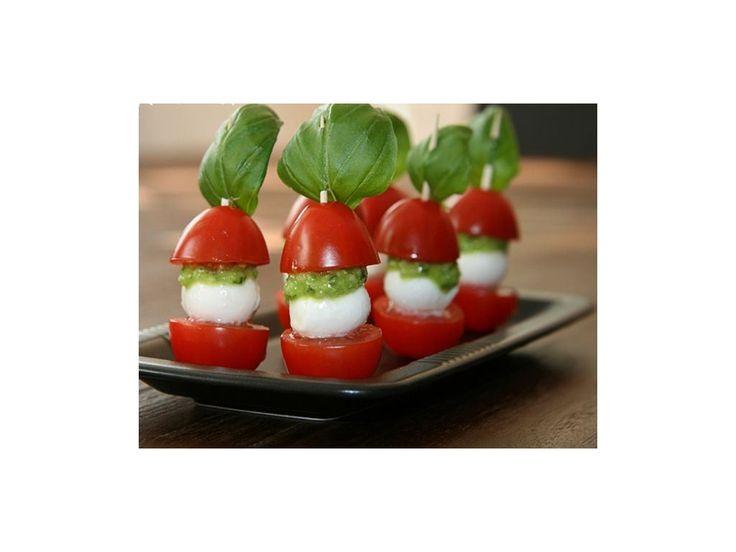 Farebné jednohubky z mozzarelly a paradajok.