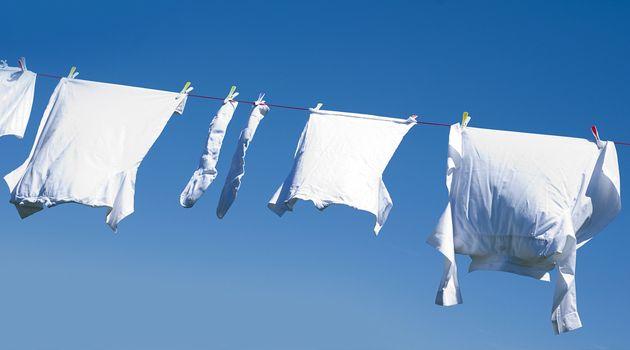 Bicarbonato tira manchas e amarelado das roupas; aprenda 2 misturinhas caseiras - Bolsa de Mulher