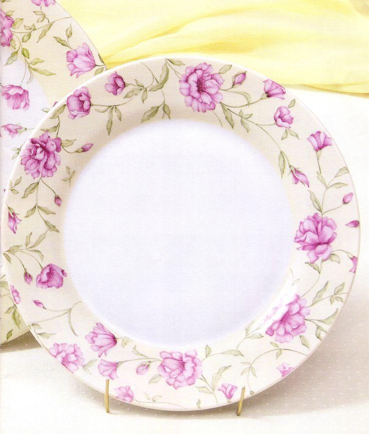 Platos de porcelana pintados y horneados,con motivos florales.