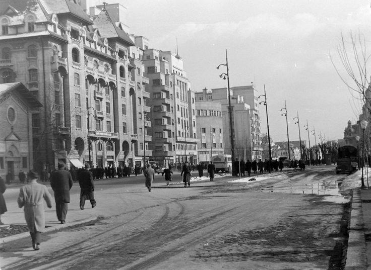 1957 Bulevardul Nicolae Bălcescu, spre Universitate. Lipsesc din peisaj blocul Dalles și hotelul Intercontinental, neconstruite încă la acea dată.