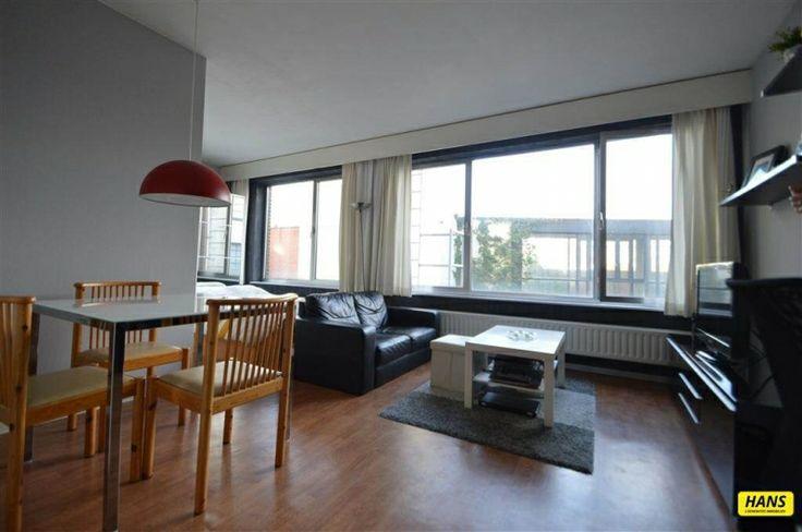 Speciale eigendom te koop in Antwerpen - 1 slaapkamers - 47m² - 89 900 € - Logic-immo.be - Prachtige studio (TOPligging) van 45 m² gelegen op de vierde verdieping in een gebouw van acht hoog met lift. Woonkamer van 36 m² op laminaat met zeer veel lichtinval. Badkamer van 5 m² met ligbad, la...