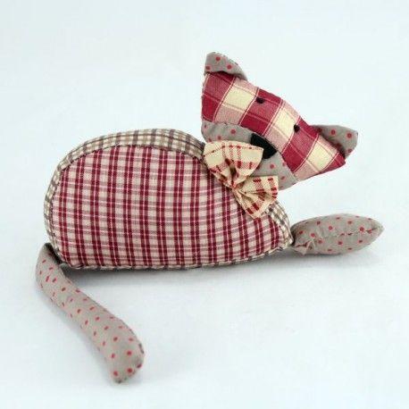 Dekorační textilní kočka - nádherně kombinované kostičky s puntíky.  Vyplněna polyesterem a pískem. 29 cm 67 Kč