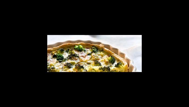 Heerlijk als hartig voorgerecht: quiche lorraine. Volgens de Fransen mag er geen broccoli en blauwe kaas in, maar ja: dat is nou juist zo verrukkelijk!