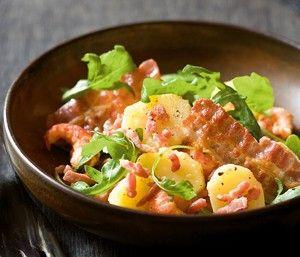 Lauwe aardappelsalade met gezouten spek, rivierkreeftjes en pittige citroenvinaigrette