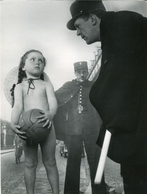 la petite fille et l'agent, rue de rivoli, paris, 1945 • robert doisneau