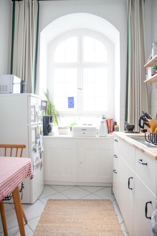 Gemütliche Berliner Küche In Charlottenburg Mit Rundem Fensterbogen Und  Weißer Möbel. #hell #Küche