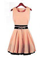 couleur de contraste de la robe sans manches de patineur des femmes