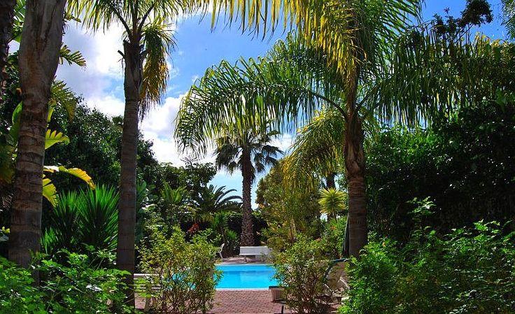 Bungalow Naranjos, gelegen in een tropische tuin met zwembad
