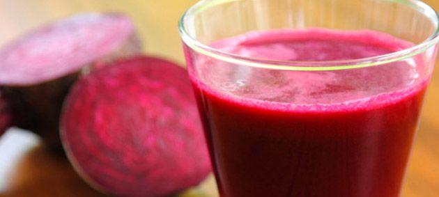 Dieses Gemüse hat es wirkich in sich. Die auffällige rote Farbe ist auf den Farbstoff Betanin zurückzuführen. Die Phytonährstoffe, die als Betalaine bekannt sind, haben antioxidative, entgiftende und entzündungshemmende Wirkungen auf den Körper. Sie unterstützen die Herzgesundheit, entlasten die Leber, stärken unser Immunsystem und schützen vor Krebs.