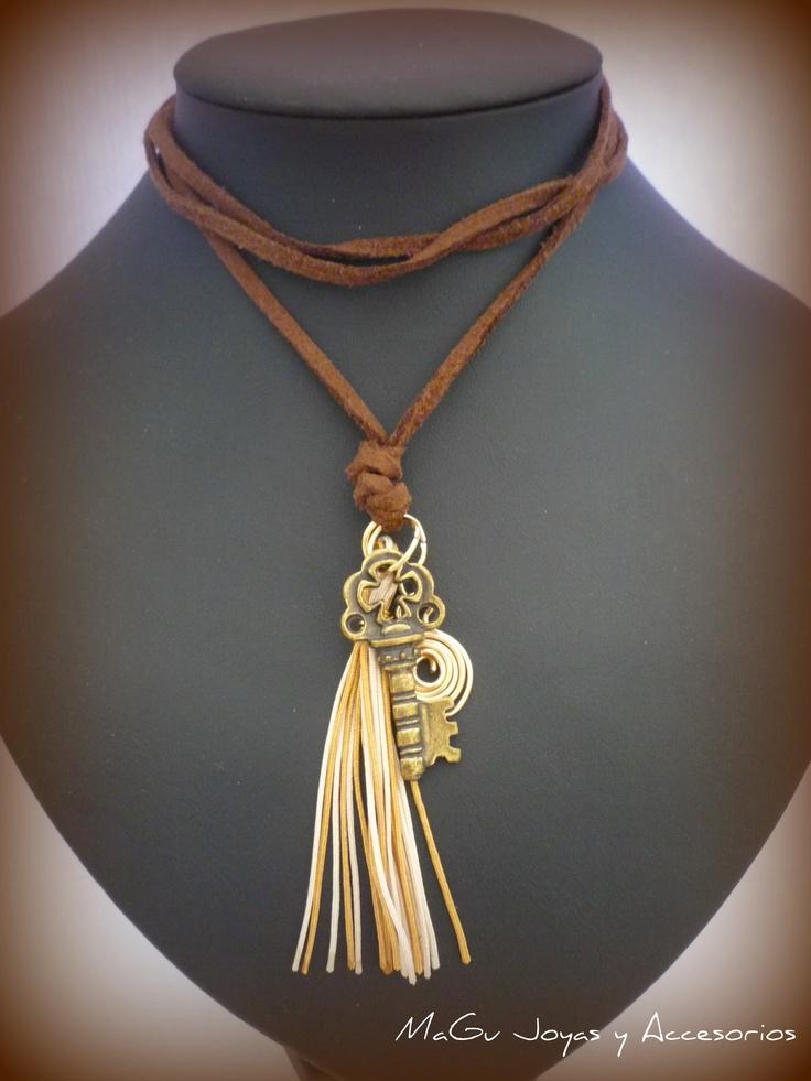 Collar hecho con cuero plano, hilo chino y dije en bronce