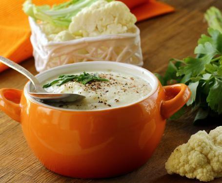 Preparate con noi questa crema di cavolfiore, un primo delicato e saporito adatto per una cena vegetariana nei mesi più freddi dell'anno.