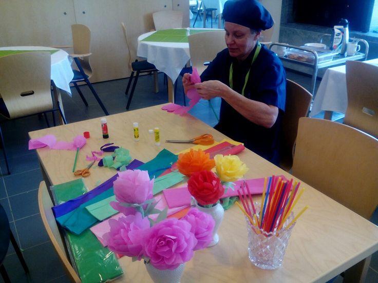 Jokainen kävi sopivalla hetkellä tekemässä ruusuja jotka laitettiin ruokasalin somistukseksi!