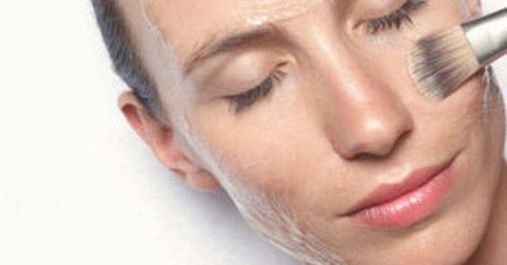 Faça um peeling de ácido salicílico. O ácido salicílico é um Beta-Hidroxiácido que é feito sinteticamente. Ele é usado em diversas aplicações cosméticas, mas seu principal uso é para tratar a acne. O ácido salicílico é um ingrediente comum em tratamentos de acne sem receita. Peelings de ácido salicílico podem ser usados para tratar a acne, rugas finas, descoloração leve da pele e ...
