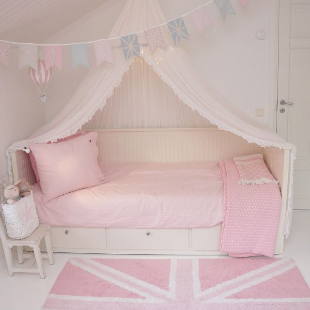 Ikea, hemnes, ellos, sänghimmel, himmelsäng, vimplar, bunting, girls room, flickrum, rosa, pink, lexington company, lorena canals, farmhouseshop,cozy, kids room, barnerom, barnrumsinspo, molban, luftballong, hot air balloon