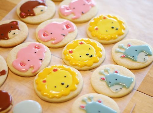 An alternative to traditional royal icing: A video tutorial by I am baker via University of Cookie.