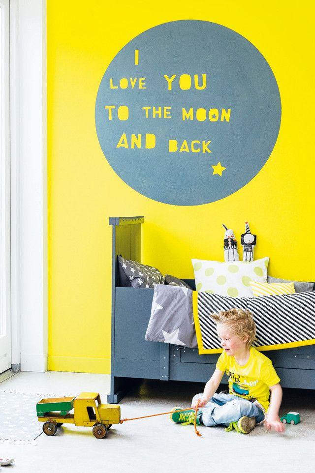 Liefdesverklaring in verf! Maak van de wand in de kinderkamer (of je eigen slaapkamer) een echte blikvanger met deze muurtekening. | Muurtekening - 101 Woonideeën | yellow kid bedroom | chambre enfant mur jaune