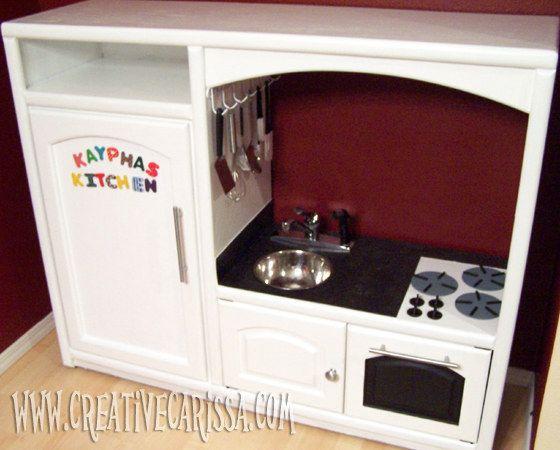 Un meuble de télévision peut se transformer en une superbe cuisine pour jouer à la dinette.   28 objets du quotidien à transformer pour vos enfants