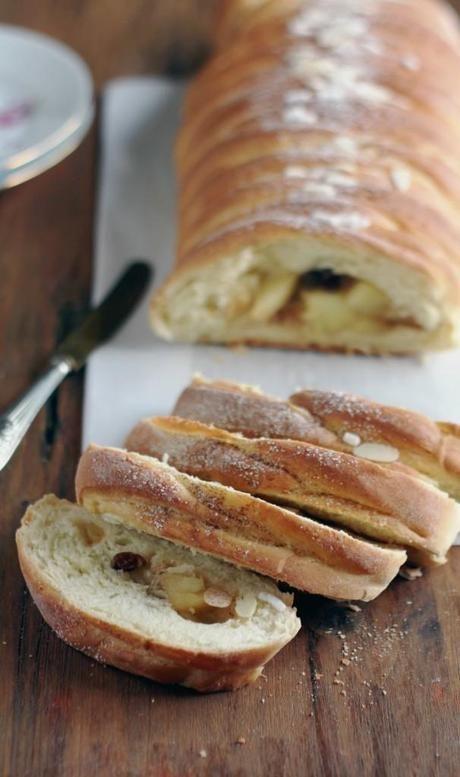 Treccia di pane dolce con cannella, mele e uvetta