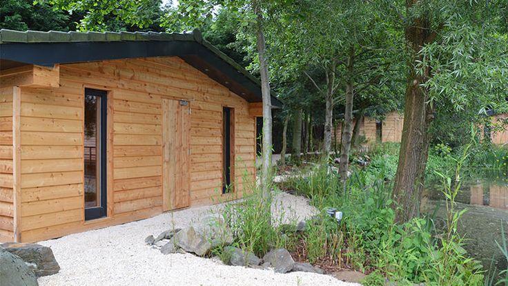 In de Dennensauna, in de Tuin van Bezinning, kom heerlijk tot rust onder het genot van de heerlijke geur van dennennaalden. In deze sauna is het 60 °C.