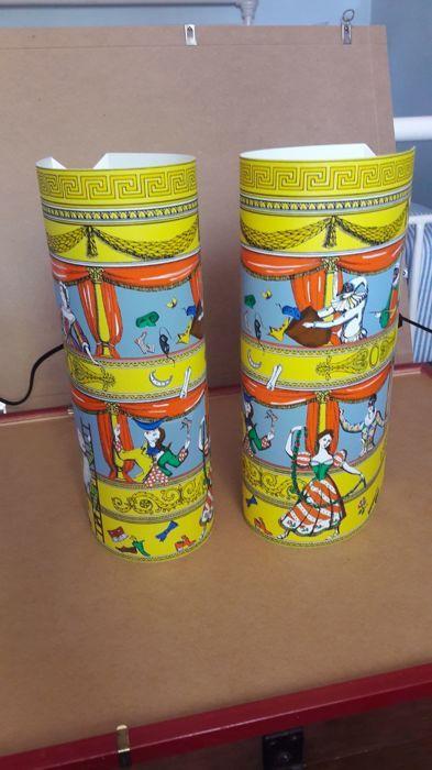 """Fornasetti voor Antonangeli - paar lampen """"La Commedia Dell'Arte"""" (The Comedy of Art) - """"Follia Pratica"""" (praktische dwaasheid) serie  Zeldzame paar tafellampen ontworpen door Fornasetti """"La Commedia Dell'Arte"""" (The Comedy of Art) - """"Follia Pratica"""" (praktische dwaasheid) serie geproduceerd door Antonangeli kleine afmeting-hoogte: 33 cm-breedte: 12 (ongeveer) In zeer goede staat met elektrische bedrading in perfecte staat verkeert.Model niet langer in productie.  EUR 0.00  Meer informatie"""