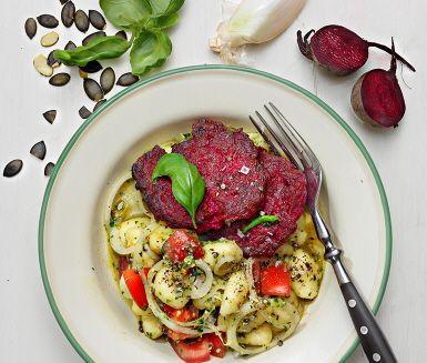 Recept: Bön- och rödbetsbiffar med pumpafröpistou, tomat och potatisgnocchi