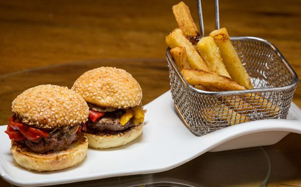 Philly burguer: hambúrguer caseiro com cebola caramelizada e pimentão assado - Receitas - GNT