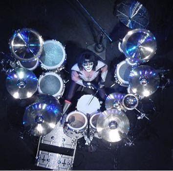 Pasemos ahora a Peter Criss y su set de batería. Al igual que Ace Frehley, Criss ha sido muy fiel a un determinado instrumento. Platos Zild...