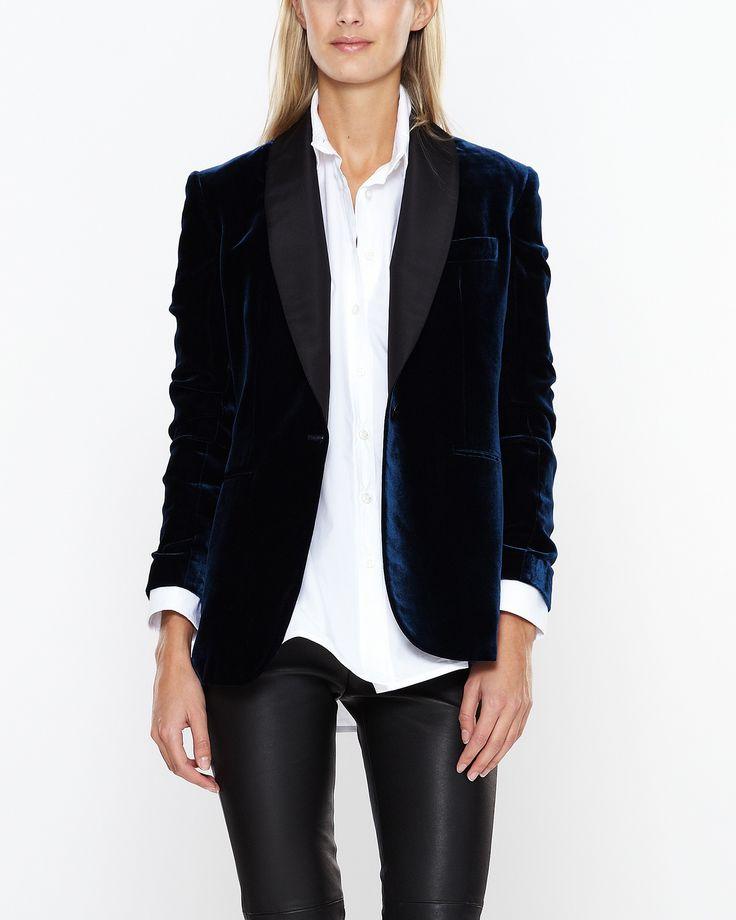 Underbart sammetslen jacka i juvelblå färg från Ralph Lauren. Foder och krage i 100% silke. Knappar i ärmarna och en knapp i midjan. Styla med skinnbyxor och stilettklackar för en ultimat look.