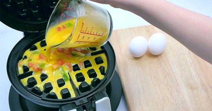 Savez-vous que votre gaufrier peut servir à tellement plus de choses que faire des gaufres? Par exemple, saviez-vous que vous pouvez faire cuire de délicieuses omelettes avec votre gaufrier? Elles seront parfaitement cuites des deux côtés et auront u