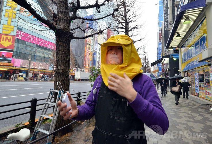 東京都の電器店サンコー(Thanko)が販売する「花粉ブロッカー」を着用してみせる同店のスタッフ(2014年3月5日撮影)。(c)AFP/Yoshikazu TSUNO ▼2Apr2014AFP 日本の春、美しきサクラと花粉症の苦痛 http://www.afpbb.com/articles/-/3011501 #Hayfever #kafunsho #pollen_allergy #pollen_disease #pollin_osis #pollen_osis #japan #tokyo