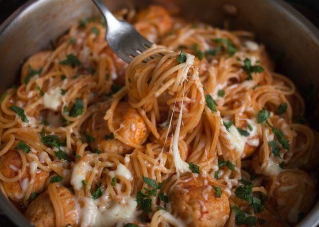 Спагетти с тефтелями и соусом в одной посуде - Лайфхакер