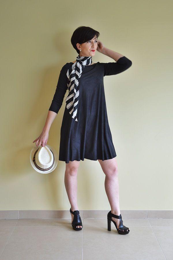 Swing jurk uit de jan-maart editie van La Maison Victor, uitgevoerd in fijne suèdine uni zwart uit de webshop http://www.histoiresdecouture.be voor € 8,90/meter in 6 trendy seizoenskleuren ! #lamaisonvictor #histoiresdecouture #sewing #naaien #stoffen #stofjes #fabric
