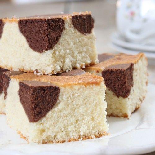 Wees creatief en combineer het beste van twee bakmixen met elkaar! In dit recept leggen we je stap voor stap uit hoe zelf deze heerlijke kokos cake met brownie accenten kunt maken.