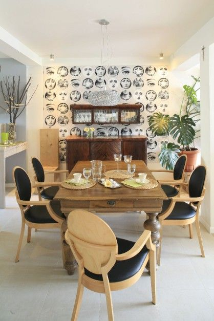 Widok na jadalnię, w której króluje tapeta z rysunkami Piero Fornasettiego. Fot. Bartosz Jarosz.