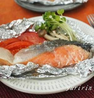 材料を切って包んだらオーブンにお任せで完成のホイル焼き。とても簡単で、油をあまり使わないのでヘルシーです。今回は鮭を使ったレシピをご紹介します。食欲が増してくる秋に、野菜たっぷりでヘルシーなホイル焼きを作ってみませんか? ■鮭の塩麹ホイル焼き  鮭の塩麹ホイル焼きby ゆりりんさん 5~15分 人数:2人 塩の代わりに塩麹をまぶすことで、酵素の力が旨みを引き出してくれます!付け合わせの野菜も一緒に