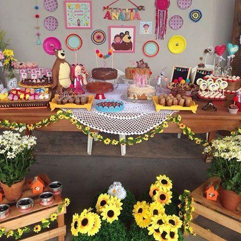 """""""Marsha e o urso. Uma encantadora mesa para festejar o aniversário da filha da querida @mamaefesteira . Detalhes no IG @mamaefesteira como sua filha linda…"""""""