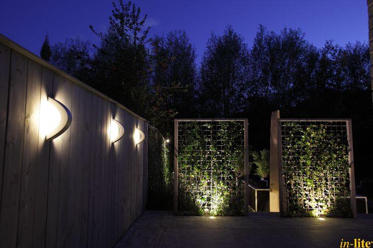 Tuinwand als blikvanger | Houten schutting | Wandlamp CURV | Tuinverlichting | 12V | Design | Outdoor Lighting