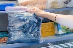 Coloque suas calças jeans no congelador para se livrar de qualquer cheiro forte que estiver impregnando a peça.   23 truques brilhantes para cuidar de suas roupas que facilitarão sua vida