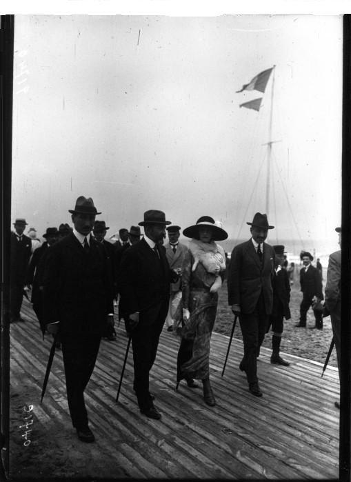 Deauville - le Roi de Roumanie et Mme Stoicesco se promènent sur la plage