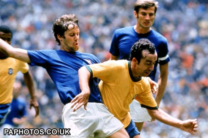 World Cup Mexico 1970 - Final - Brazil v Italy--Brazil's Tostao holds off a challenge from Italy's Roberto Rosato