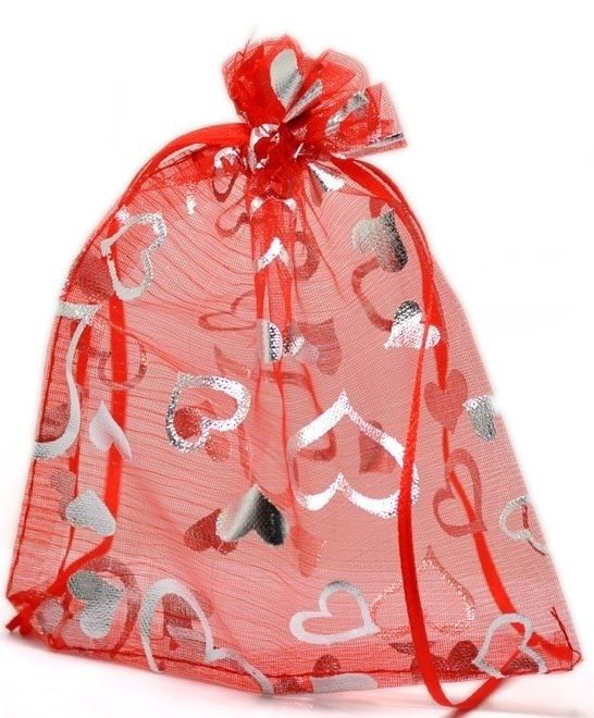 Organza zakjes met hartjes (leuk om je Valentijnscadeautje in te geven).