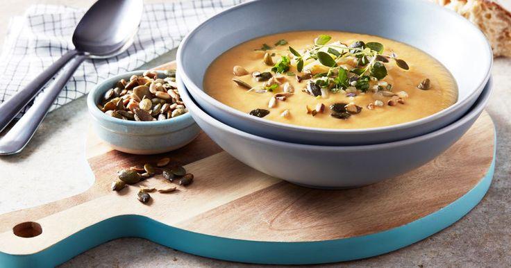 När grönsakerna rostas i ugnen kommer smakerna fram. Toppa soppan med knapriga frön och riven ost precis innan servering.