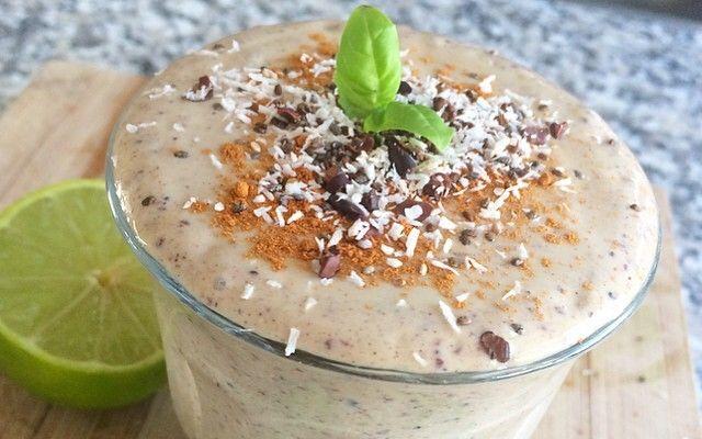 Avocado smoothie met rauwe cacao, limoen en basilicum