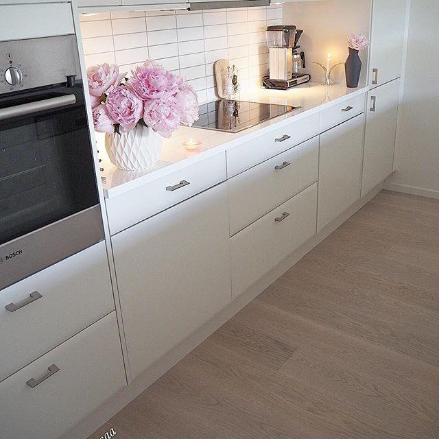 Håper dere har en fin kveld😊🌸 nå er grillmaten snart klar💕sulten!😉 - - - - - - - - - - - - - - - - - - - #interior#lights#interiordesign#flowers#interiør#inspiration#pastel#fashionstyle#deco#cozy#bolig#nordicinspiration#decor#instalove#detalis#interior4inspo#whiteinterior#kitchen#kitcheninspiration#shelf#kitchendecor#kitcheninspo#kitchendesign#rom123kjøkken#kjøkken#kÖk#summer