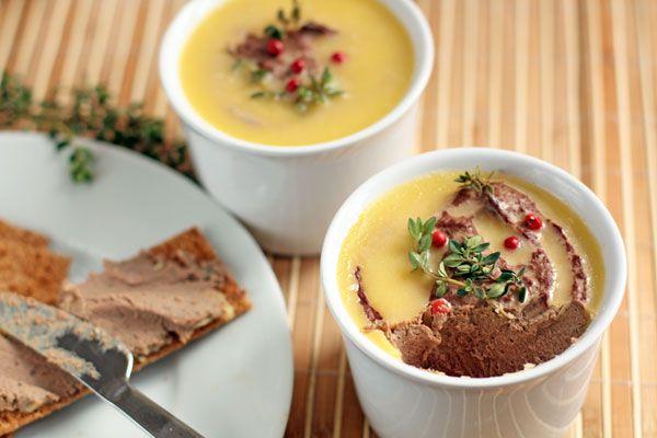 Вкусный и нежный паштет подойдет к завтраку или украсит праздничный стол. Слой масла сверху не даст паштету заветриться и поможет сохранить его до недели в холодильнике.