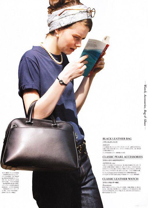 街中にいる女の子の自然体な瞬間を切り取ったイメージ。本を読みながら。